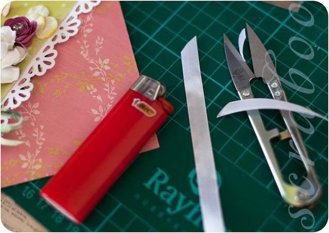 Приклеиваем подложку к конверту.  Это можно сделать с помощью двустороннего скотча, клея или термопостолета.