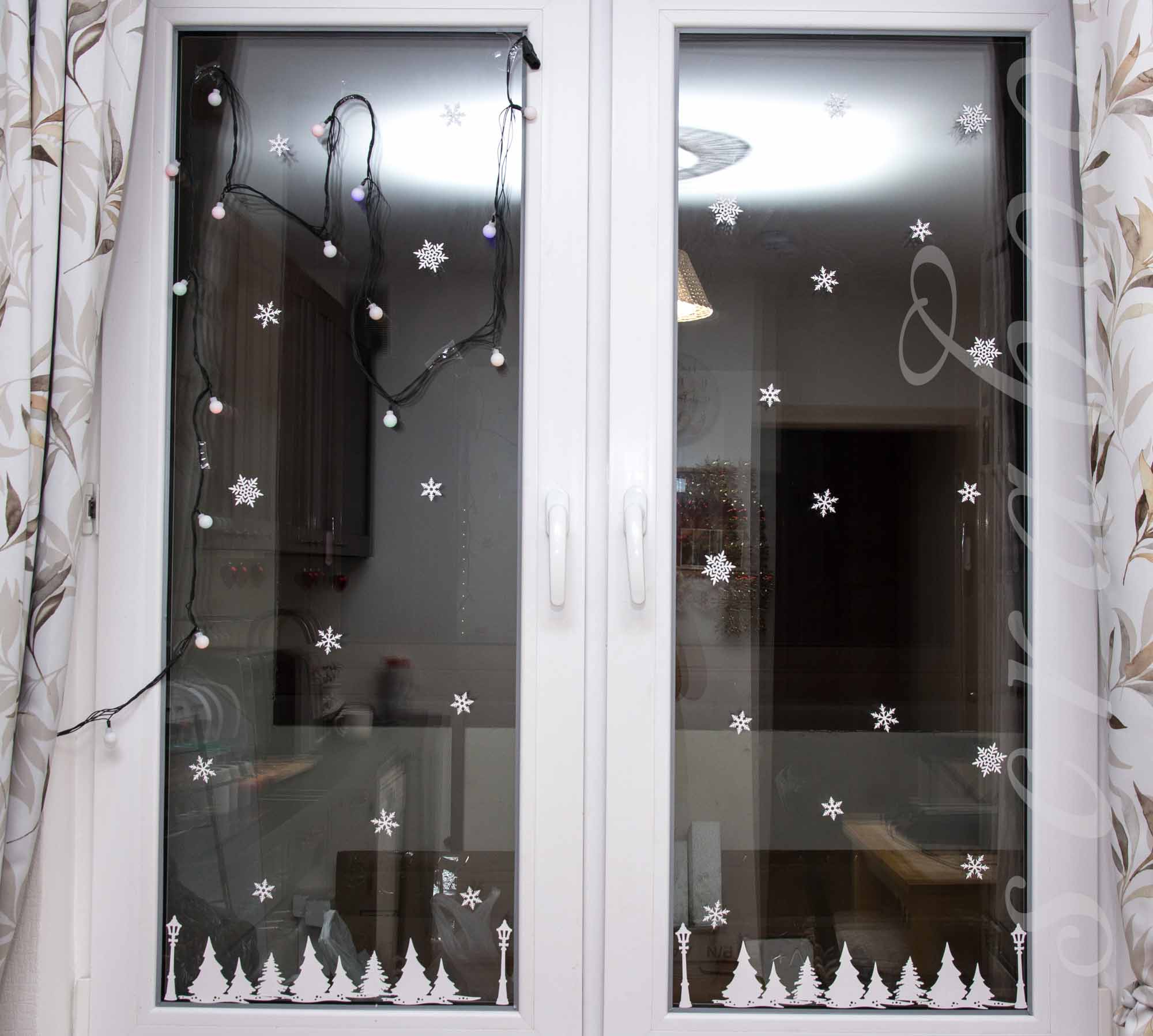 Зимний декор на окнах